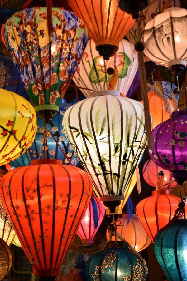 Ярко покрашенные фонарики на местном рынке в Hoi в Вьетнаме, Азии стоковое изображение rf