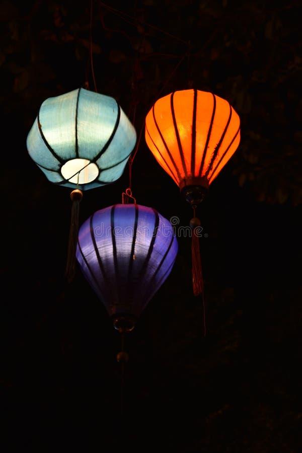 Ярко покрашенные фонарики на ноче в портовом городе Hoi в Вьетнаме, Азии стоковое фото