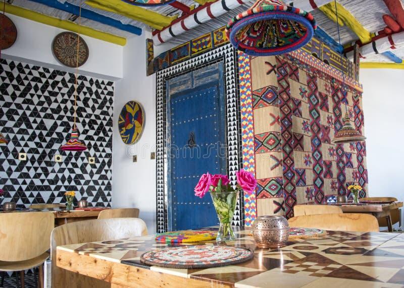 Ярко покрашенный марокканец ввел бистро в моду бутика стоковое изображение