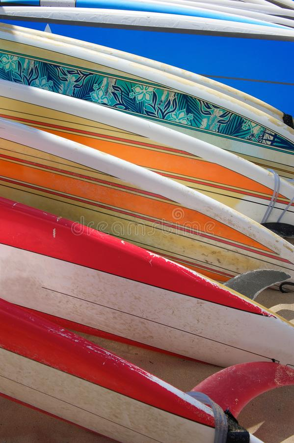ярк покрашено класть surfboards песка стоковые фотографии rf