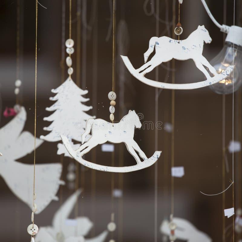 Ярмарка потехи страны чудес зимы Гайд-парка традиционная с едой и питьем глохнет, carousels, призы к wi стоковые изображения rf