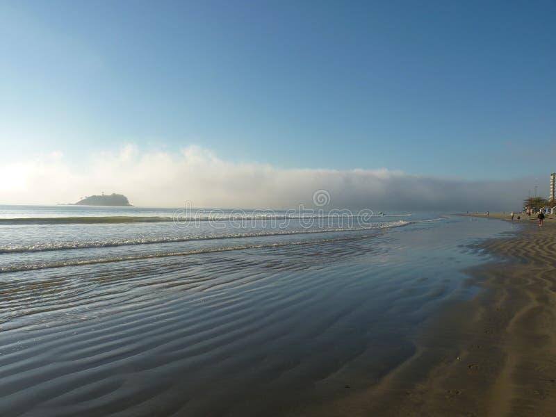 Яростное небо на пляже стоковое изображение rf