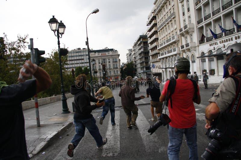 Яростные clashes во время посещения Merkel в Афиныы стоковые изображения rf