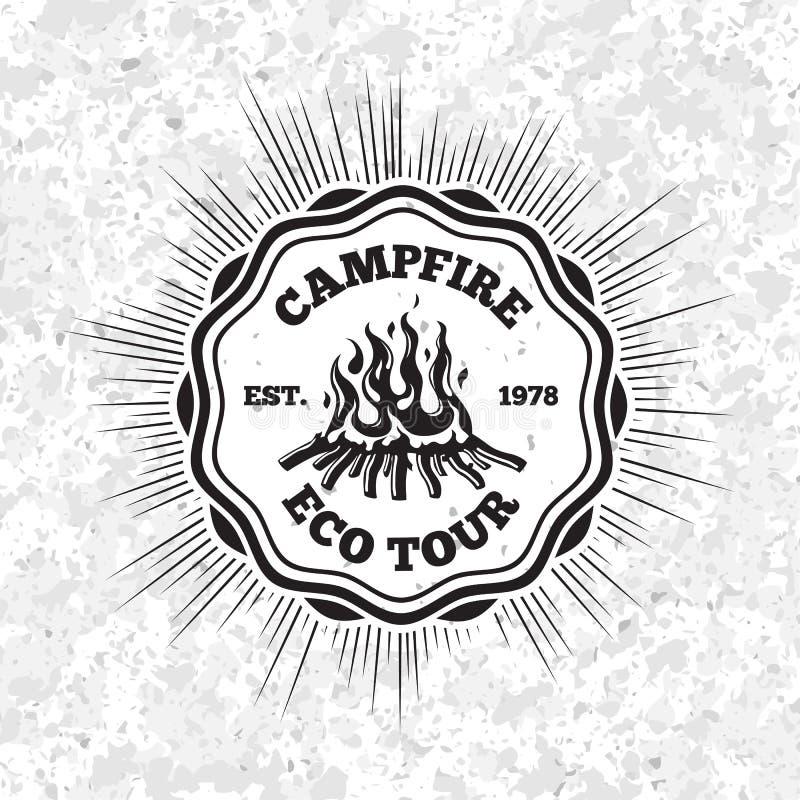 Ярлык путешествия eco лагерного костера с пламенеющим огнем на предпосылке grunge вектор иллюстрация штока