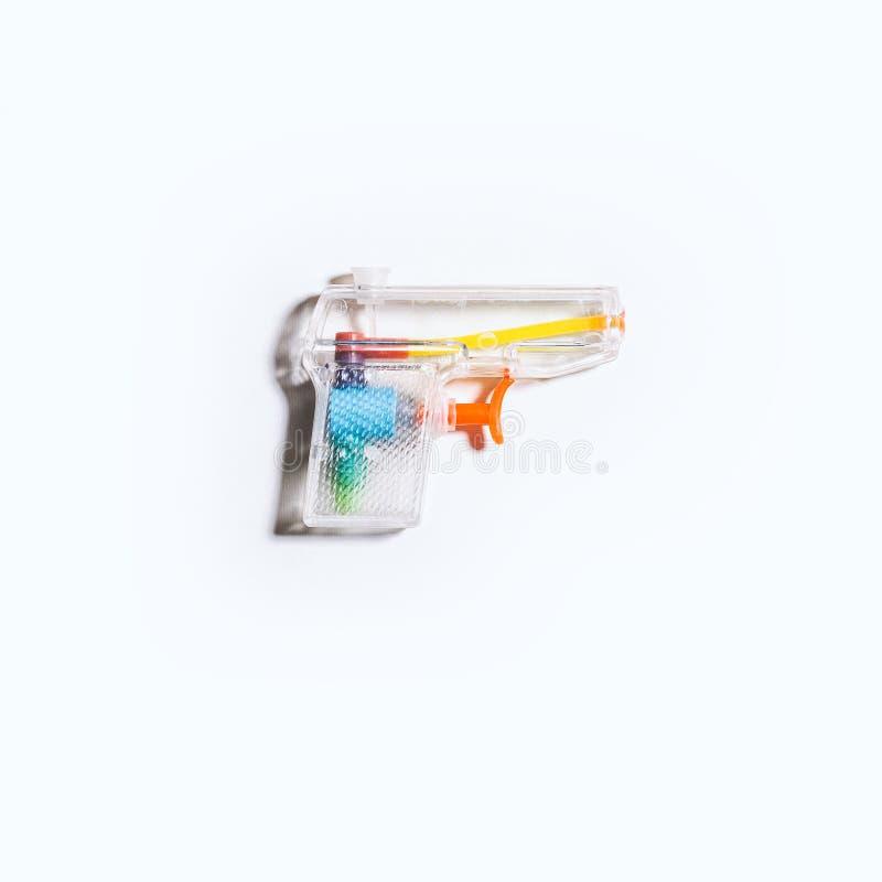 Ясная пластмасса Squirt оружие на яркой белой предпосылке стоковая фотография rf