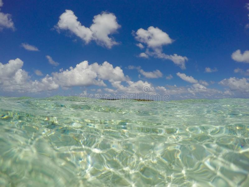 Ясная поверхность воды океана и голубое небо - бирюза, голубая стоковые изображения