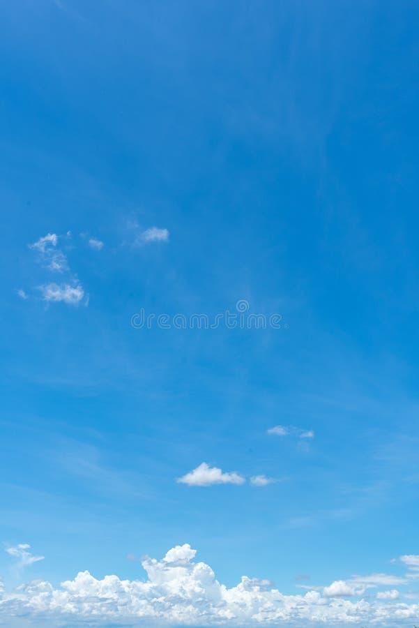 Ясная предпосылка голубого неба, облака с предпосылкой стоковая фотография