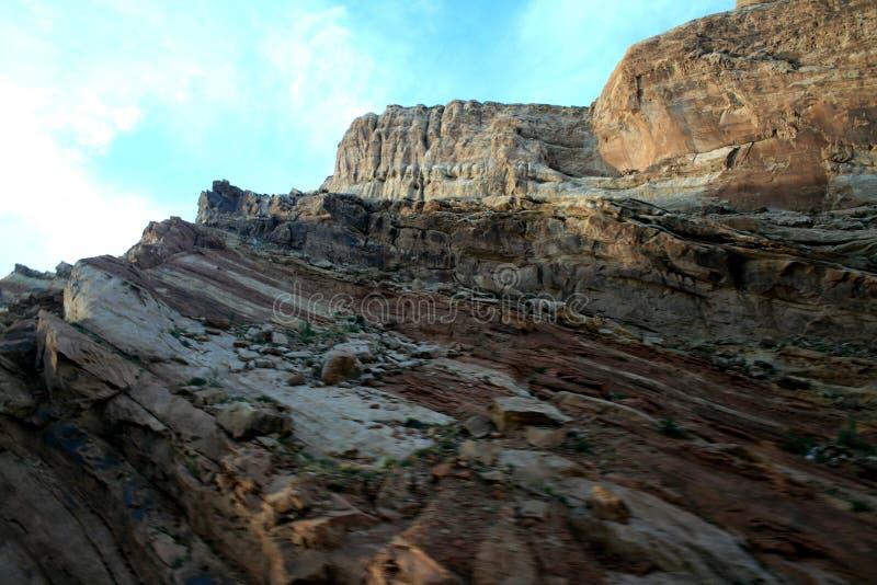 Ясная солнечная погода, красивый ландшафт Выветренный ландшафт в черном каньоне дракона, стоковое фото