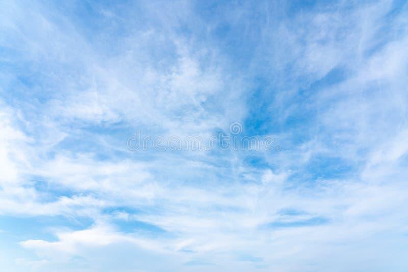 Ясное голубое небо на дне стоковое фото