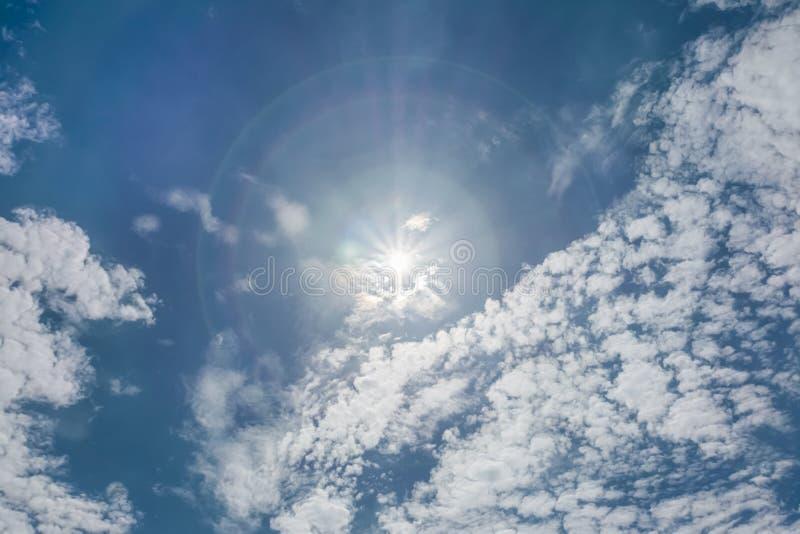Ясное голубое небо с отчасти пасмурным и солнце в середине стоковое изображение rf