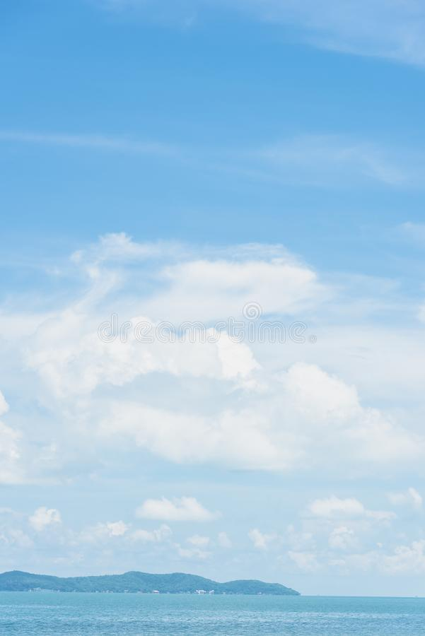 Ясное голубое небо с предпосылкой облака стоковая фотография