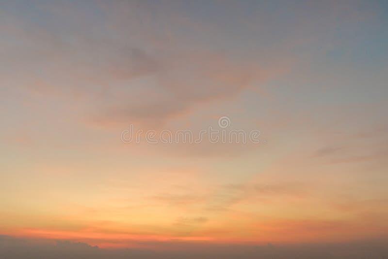 Ясное голубое небо с предпосылкой облака стоковые изображения rf
