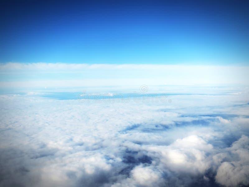 Ясное голубое небо и пушистые облака стоковое фото