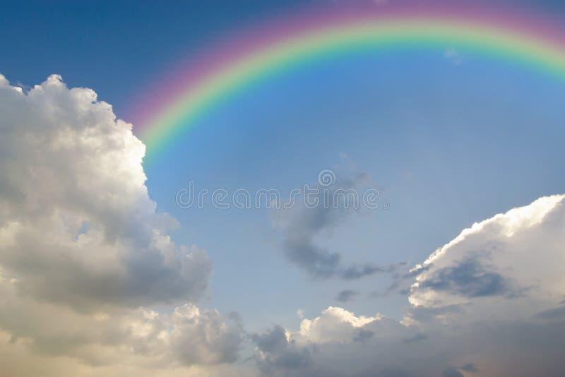 Ясное голубое небо с белыми облаком и радугой стоковые изображения rf