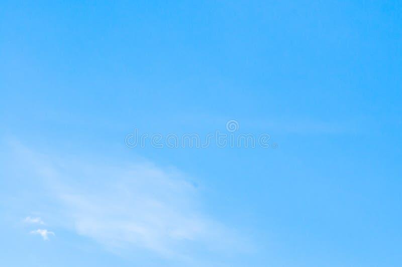 Ясное голубое небо с тонкими облаками стоковые фотографии rf