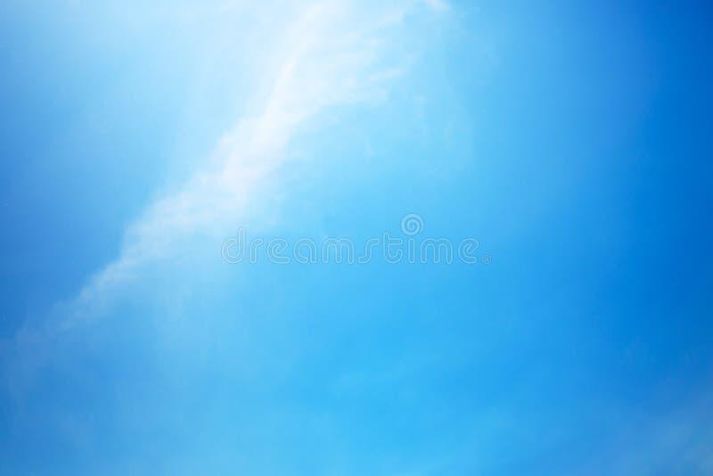 Ясное голубое небо стоковое фото