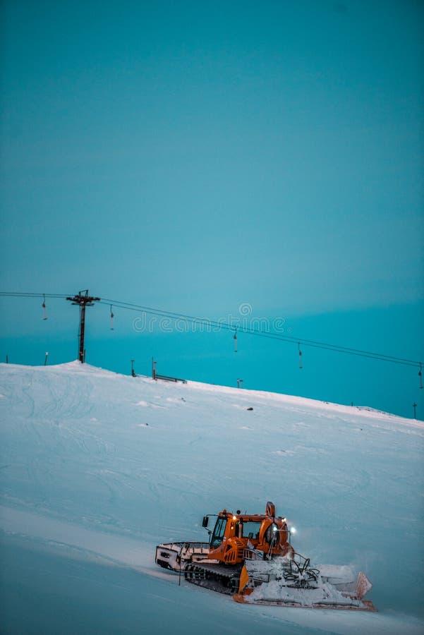 Ясное небо, идет снег совсем вокруг, красота лыжного курорта Штат никогда не спит стоковые изображения rf