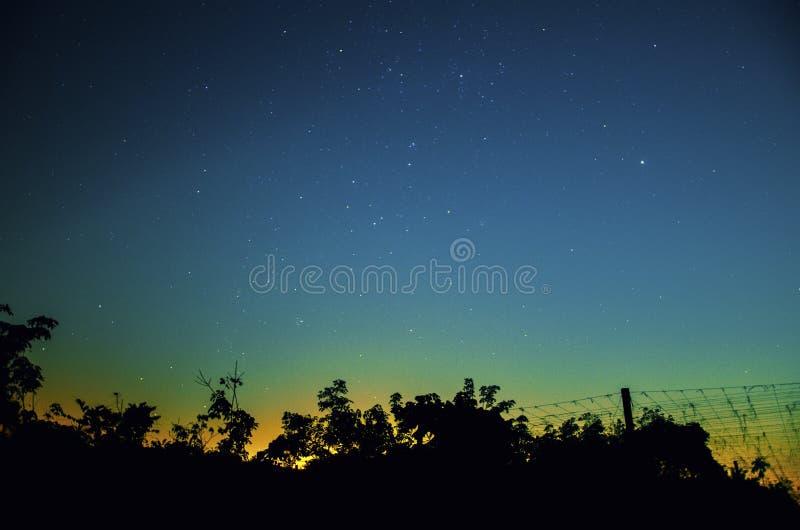 Ясное небо с миллионом из неба в переднем плане силуэтов стоковое изображение