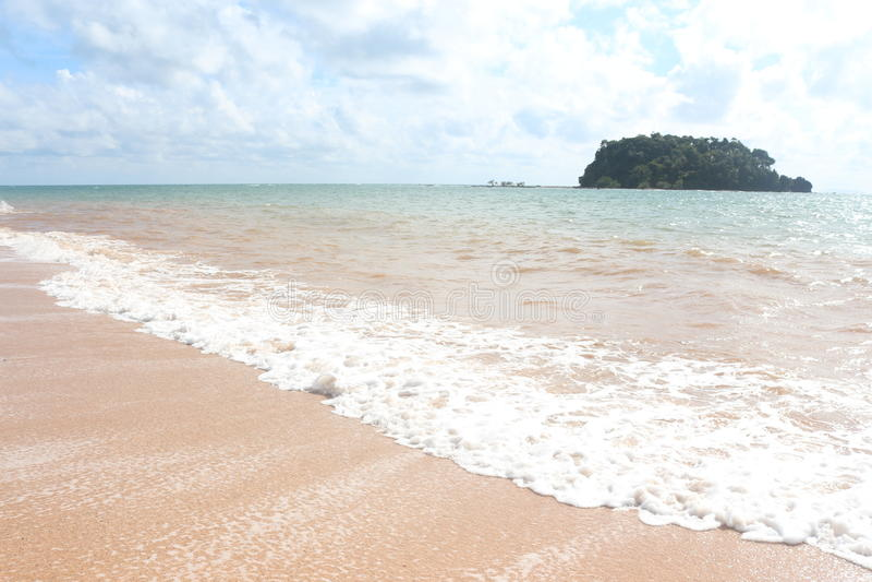 Ясно пляж волны морской воды с голубым небом дальше ослабляет и отпуск стоковые изображения rf