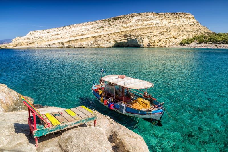 Ясные море и шлюпка на курорте Matala Крит Греция стоковая фотография rf