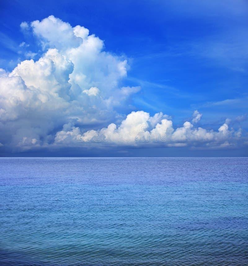 Ясные облако голубого неба белые и морская вода стоковое фото rf