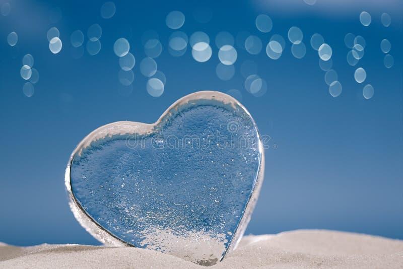 Ясные стеклянные сердца в пене стоковое изображение