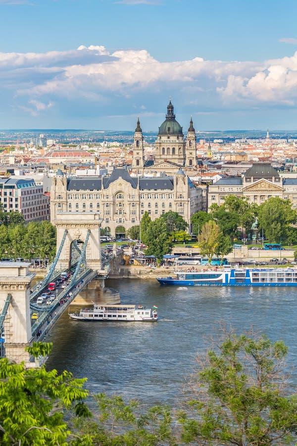 Ясный взгляд весеннего дня цепного моста, Дунай и базилик ` s Istvan Святого от Buda рокируют область в Будапеште, Венгрии стоковая фотография rf
