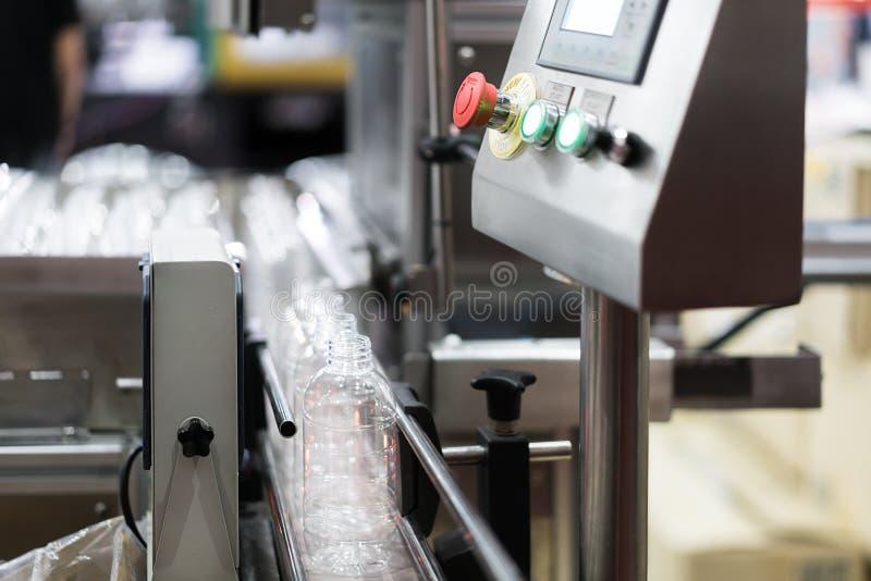 Ясный переход бутылок на систему конвейерной ленты Промышленный и f стоковое изображение