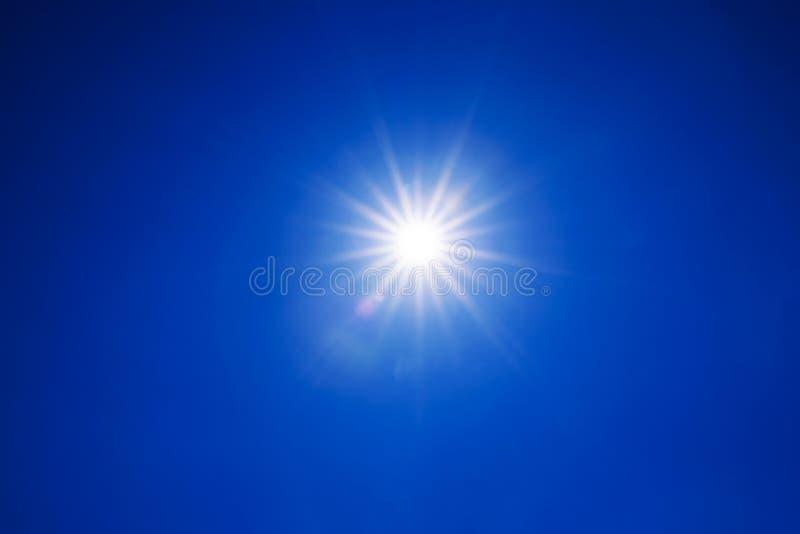 Ясный свет солнца голубого неба с реальным пирофакелом объектива из фокуса стоковые фотографии rf