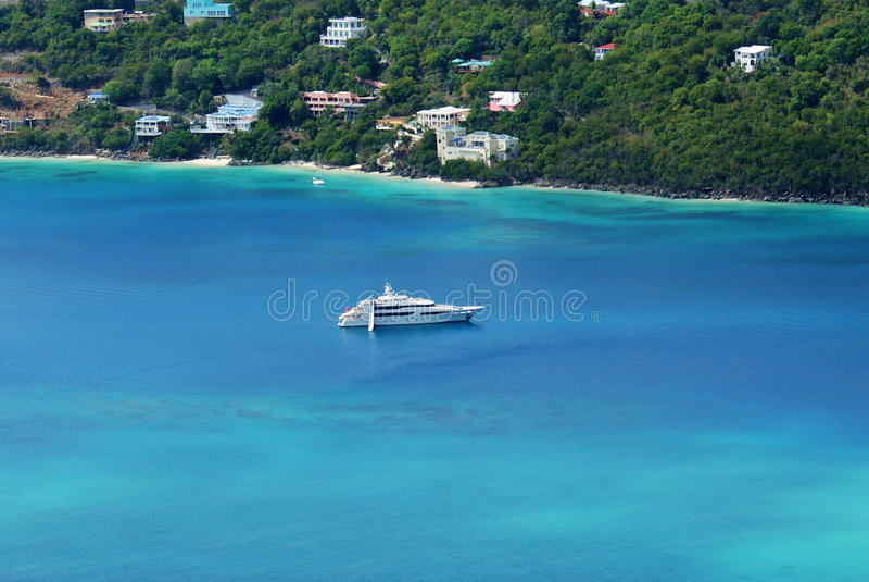 Яхта в заливе Magens, St. Thomas, USVI стоковая фотография rf