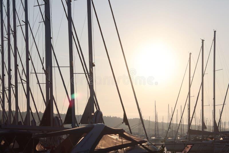 Яхта в Марине во время прошлого плавания рассвета утра причаленное плавание плавать Стиль морской флоры и фауны Романтичные и вес стоковое фото