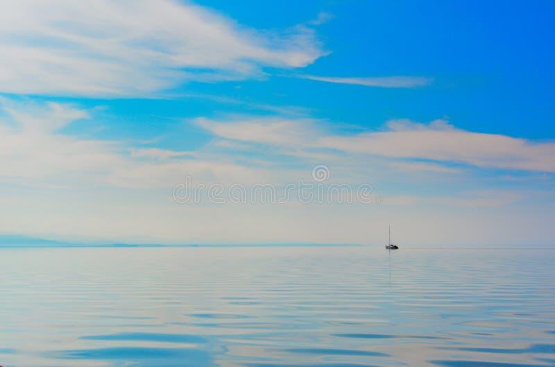 Яхта в озере стоковое изображение