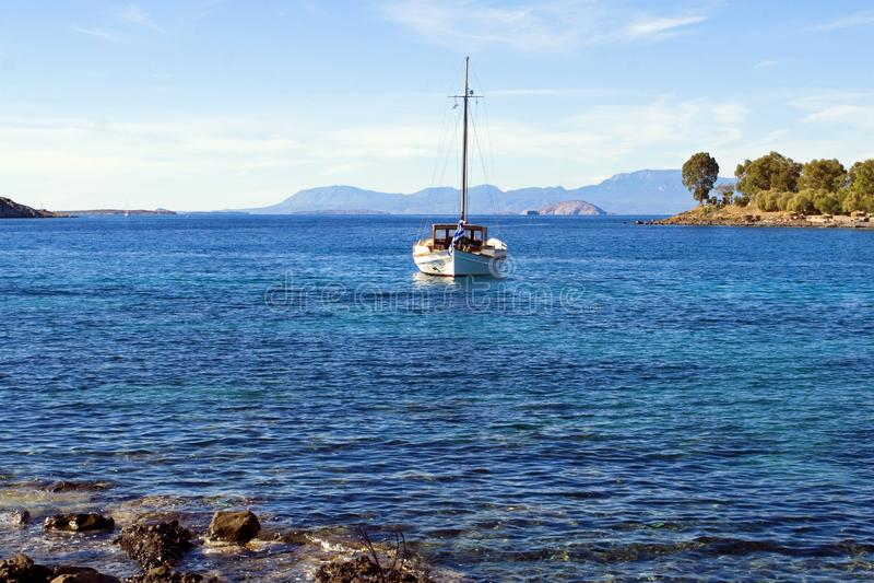 Яхта в открытом среднеземноморском близко острове эгиды, Греции стоковое фото rf