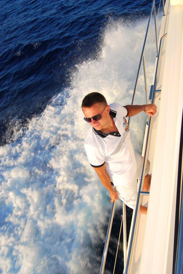 яхта каникулы матроса парусника палубы стоящая стоковое изображение rf