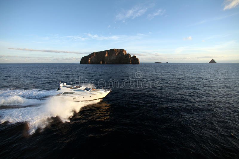 Download Яхта мотора стоковое изображение. изображение насчитывающей природа - 37926459