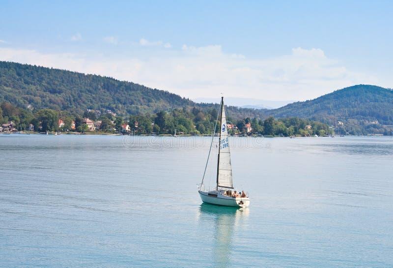 Яхта на стоимости Австрии озера стоковое фото