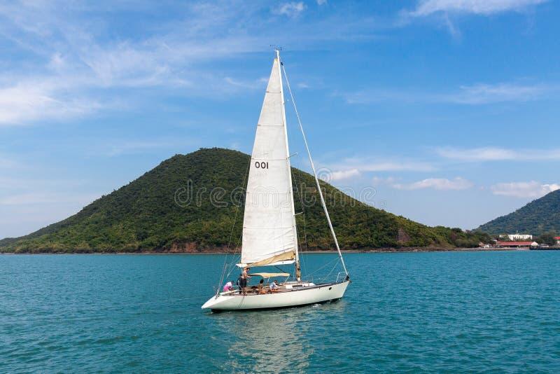 Яхта под ветрилом стоковое изображение