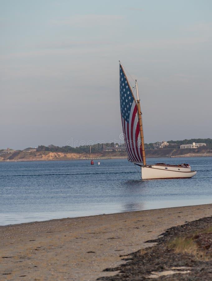 Яхта с ветрилом американского флага стоковые фотографии rf