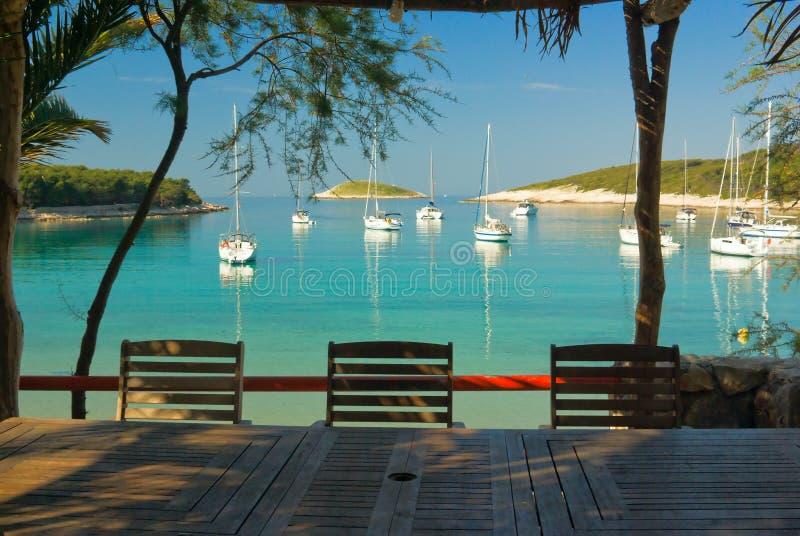 яхта таблицы ресторана клуба пляжа пустая стоковая фотография rf