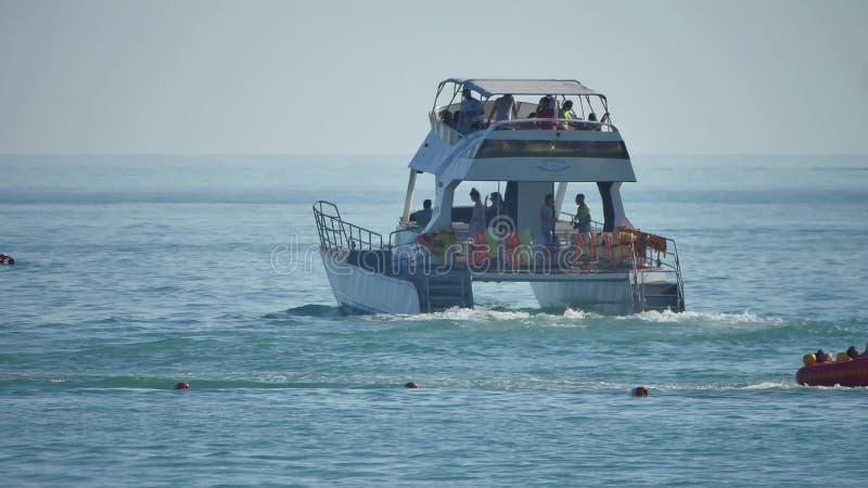 Яхта удовольствия шлюпка плавает на море с людьми Перемещение летних каникулов стоковые изображения rf
