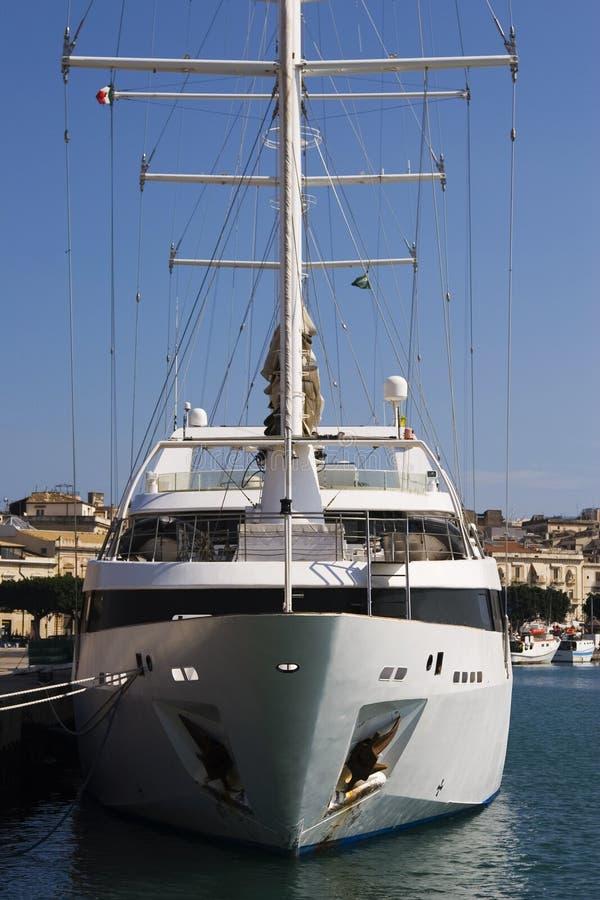 Download яхта стоковое фото. изображение насчитывающей рангоут - 6857102