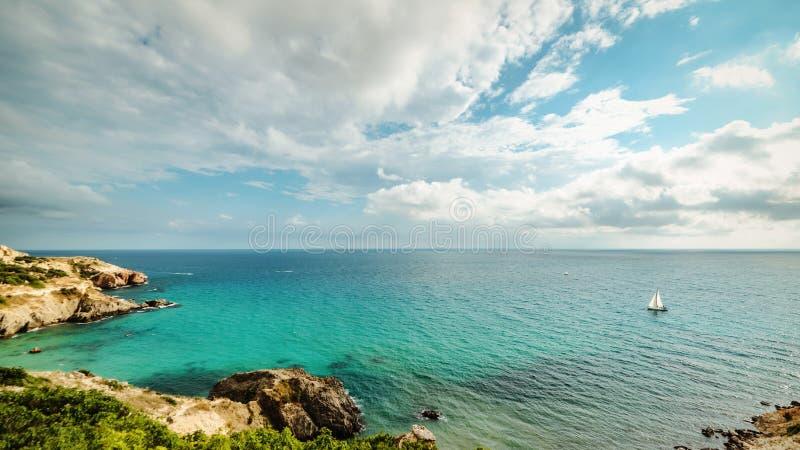 Яхты в заливе голубого тропического моря стоковые изображения rf