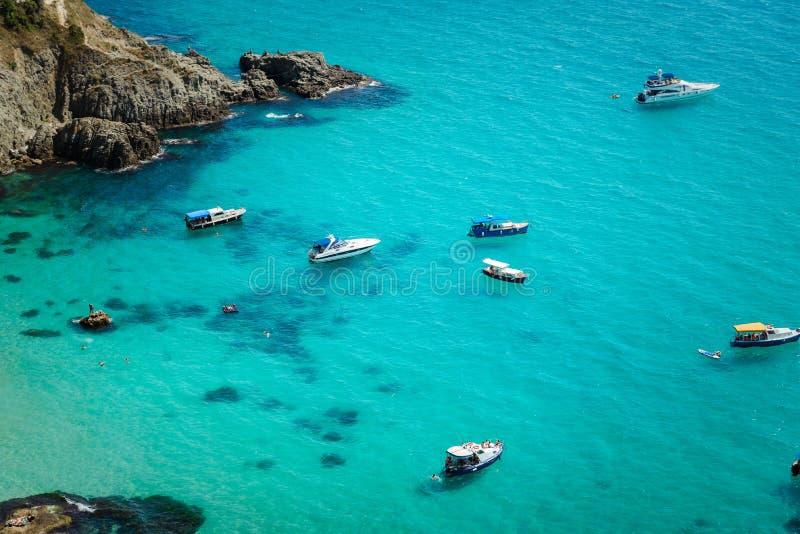 Яхты в заливе на побережье тропического моря стоковое изображение