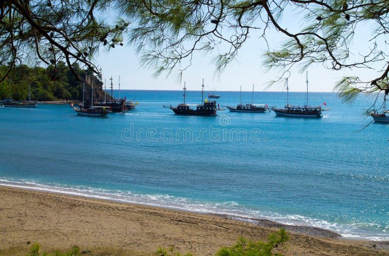 Download Яхты в заливе стоковое изображение. изображение насчитывающей beachcombers - 37931385