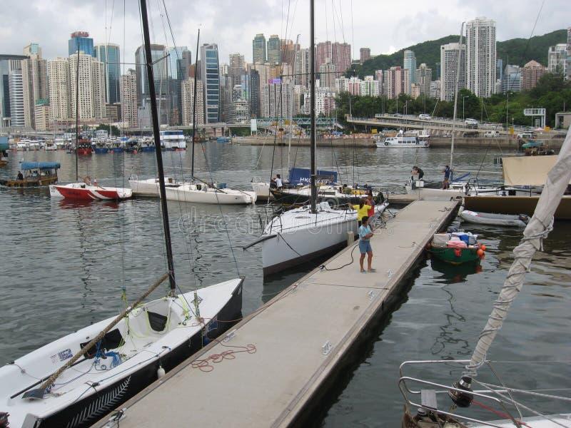 Яхты в укрытии тайфуна, заливе мощеной дорожки, Гонконге стоковые фото