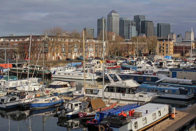 Яхты в южных Марине дока и небоскребах канереечного причала в Лондоне, Великобритании стоковая фотография