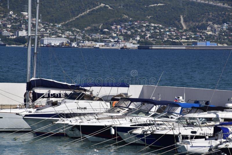 яхты в яхт-клубе Яхты плавая энтузиасты подныривания Порт Novorossiysk стоковая фотография rf