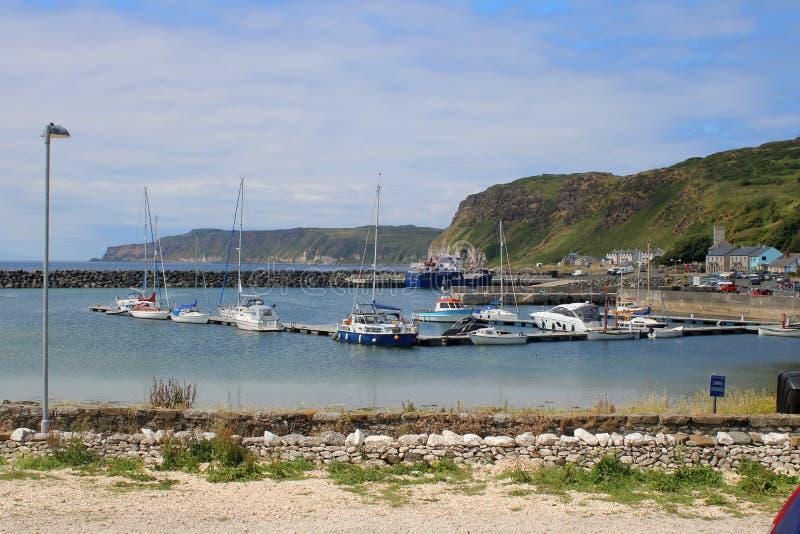 Яхты и маленькие лодки в гавани стоковое изображение