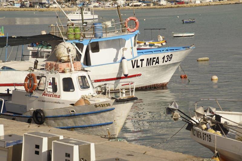 Яхты и рыбацкие лодки в гавани стоковое изображение