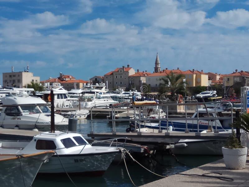 Яхты и старый городок стоковые фотографии rf